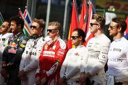Nico Rosberg, Mercedes AMG F1 et Kimi Raikkonen, Ferrari alors que la grille écoute l'hymne national