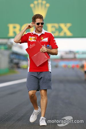 Sebastian Vettel, Ferrari camina el circuito.