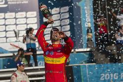 Lucas di Grassi, ABT Schaeffler Audi Sport viert met champagne