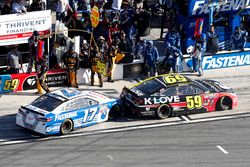 Michael McDowell, Circle Sport Leavine Family Racing Chevrolet, bloque l'emplacement de Ricky Stenhouse Jr., Roush Fenway Racing Ford, dans les stands