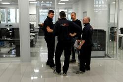 Mecánicos en el taller de la Escudería Toro Rosso