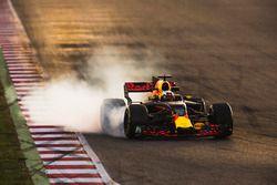Daniel Ricciardo, Red Bull Racing RB13, locks a wheel