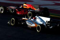 Эстебан Окон, Sahara Force India F1 VJM10, и Макс Ферстаппен, Red Bull Racing RB13