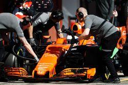 Mecánicos de McLaren en el trabajo en el coche de Fernando Alonso McLaren MCL32