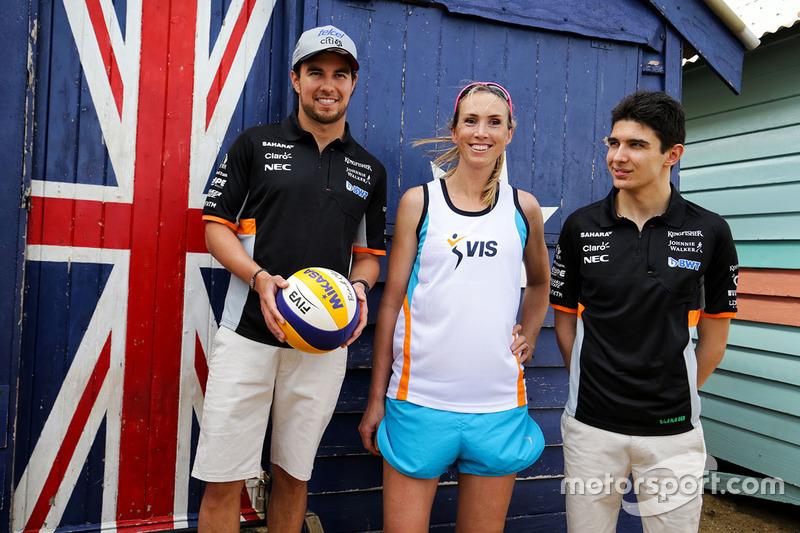 Sergio Pérez, Sahara Force India F1 y Esteban Ocon, Sahara Force India F1 juegan voleibol en la playa de Brighton con Tamsin Hinchley, jugador de voleibol