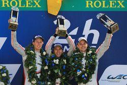 Podium: ganadores, Timo Bernhard, Earl Bamber, Brendon Hartley, Porsche Team
