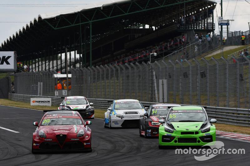 Марк Йедлоцки, Unicorse Team, Alfa Romeo Giulietta TCR, и Ференц Фица, Zengo Motorsport, KIA cee'd T