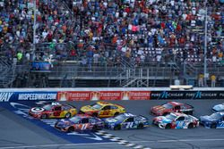 Kyle Larson, Chip Ganassi Racing Chevrolet Denny Hamlin, Joe Gibbs Racing Toyota restart