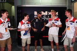 Участники F1 in Schools и пилот Red Bull Racing Даниэль Риккардо