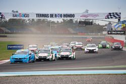 Start: Nicky Catsburg, Polestar Cyan Racing, Volvo S60 Polestar leads