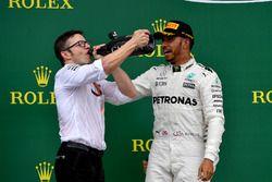 Peter Bonnington, Mercedes AMG F1 ingeniero de carrera y ganador de la carrera Lewis Hamilton, Mercedes AMG F1 celebran en el podio