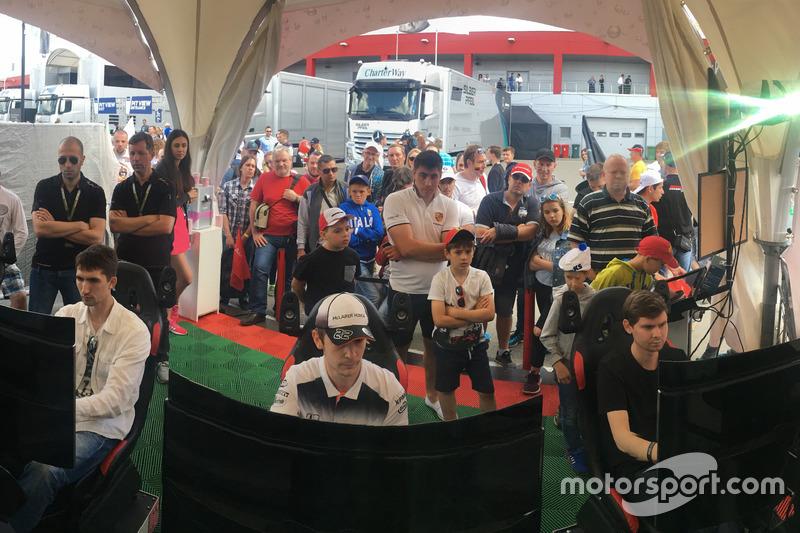 Трансляции гонок велись на экранах для всех посетителей и болельщиков