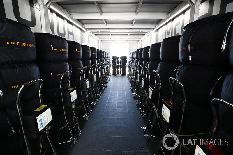 Llantas en el garaje de McLaren Honda