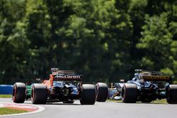 Фернандо Алонсо, McLaren MCL32. и Джолион Палмер, Renault Sport F1 Team RS17