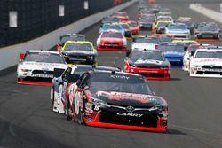 Kyle Busch, Joe Gibbs Racing Toyota e William Byron, JR Motorsports Chevrolet