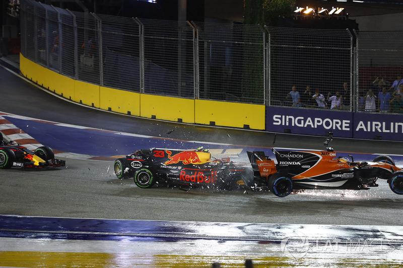 Max Verstappen, Red Bull Racing RB13 crasht in de achterkant van Fernando Alonso, McLaren MCL32