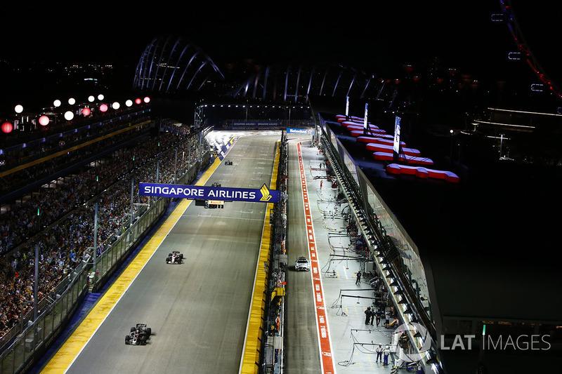 Romain Grosjean, Haas F1 Team VF-17 precede Esteban Ocon, Sahara Force India F1 VJM10