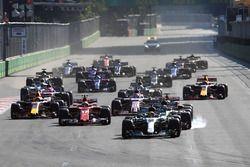 Старт гонки: лидирует Льюис Хэмилтон, Mercedes AMG F1 W08