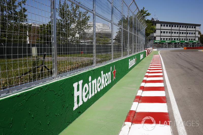 Возможно, самое известное место автодрома – «Стена чемпионов». Это имя получил отбойник на выходе из последнего поворота – после гонки 1999 года, когда там разбили машины три чемпиона мира (Михаэль Шумахер, Дэймон Хилл и Жак Вильнев)