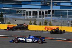 Romain Grosjean, Haas F1 Team VF-17 en Jolyon Palmer, Renault Sport F1 Team RS17 crash