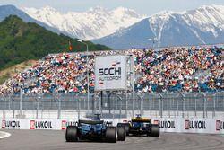 Lewis Hamilton, Mercedes AMG F1 W08, derrière Nico Hulkenberg, Renault Sport F1 Team RS17