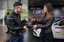 Andrea Dovizioso con il volante di una SEAT Leon CUPRA