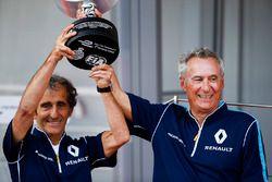 Alain Prost y Jean Paul Driot of eDAMs celebran con su trofeo en el podio