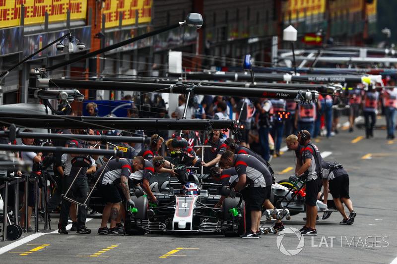 Romain Grosjean, Haas F1 Team VF-17, ai box