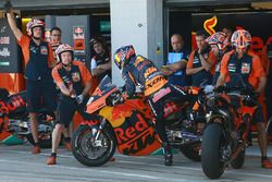 Bradley Smith, Red Bull KTM Factory Racing pit lane bike swap