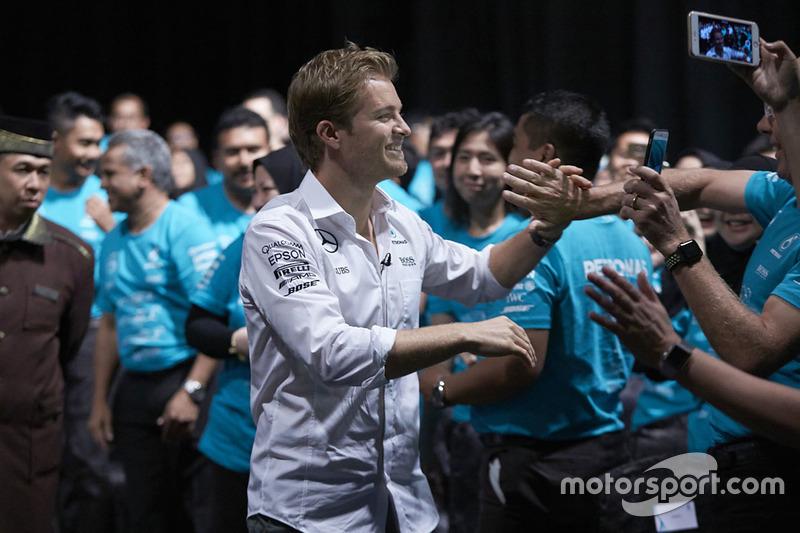 Співробітники Petronas вітають Ніко Росберга, Mercedes AMG F1