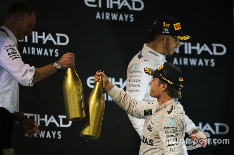 Segundo lugar de Nico Rosberg, de Mercedes AMG F1 celebra su campeonato del mundo en el podio con Tony Ross, Mercedes AMG F1 carrera Ingeniero