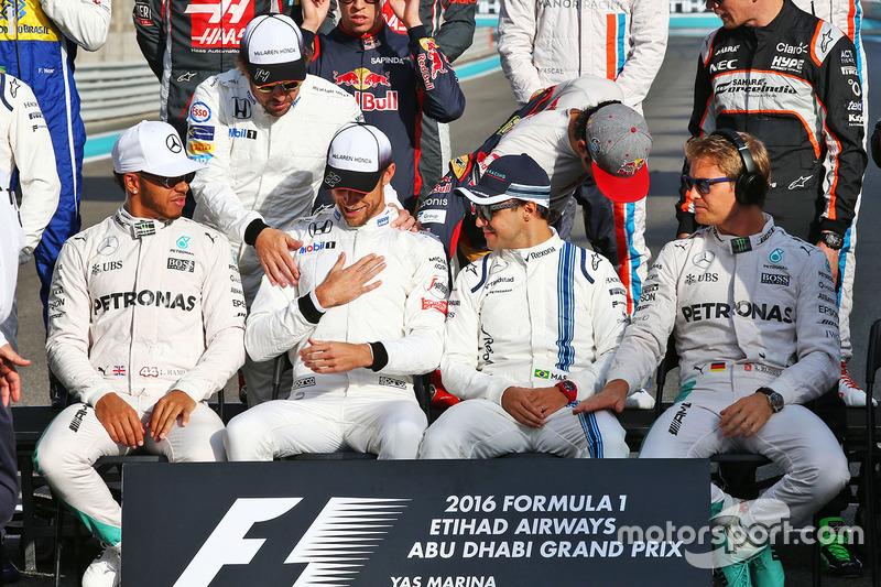 Lewis Hamilton, Mercedes AMG F1; Fernando Alonso, McLaren; Jenson Button, McLaren; Felipe Massa, Williams; and Nico Rosberg, Mercedes AMG F1 en la fotografía de pilotos de grupo de final de la temprada