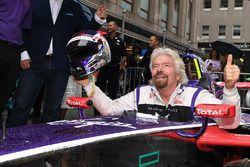 Richard Branson posa per una foto nell'abitacolo di una DS Virgin Racing Spark