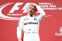 Race winnaar Valtteri Bottas, Mercedes AMG F1, op het podium