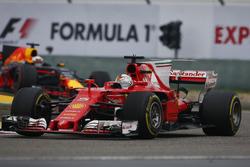 Sebastian Vettel, Ferrari SF70H, y Daniel Ricciardo, Red Bull Racing RB13