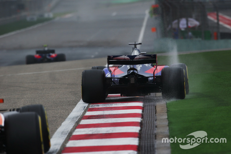Daniil Kvyat, Scuderia Toro Rosso STR12, runs wide