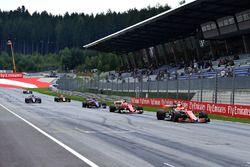 Stoffel Vandoorne, McLaren MCL32, Sebastian Vettel, Ferrari SF70H