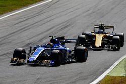 Pascal Wehrlein, Sauber C36-Ferrari, Jolyon Palmer, Renault Sport F1 Team RS17