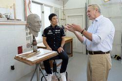 Takuma Sato met de Borg-Warner Trophy