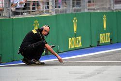 Pirelli mechanic checks the track temperature
