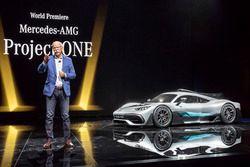 Dr. Dieter Zetsche, Direktör, Daimler AG ve Mercedes-AMG Project ONE lansman aracı