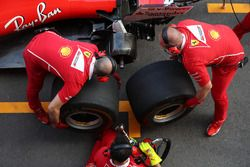 Ferrari mechanics make a practice pitstop