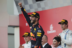 Daniel Ricciardo, Red Bull Racing ahead of Valtteri Bottas, Mercedes AMG F1 and Lance Stroll, Williams