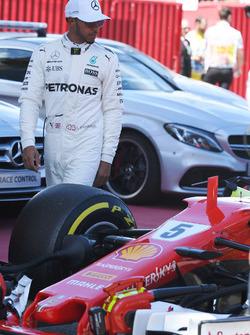 Lewis Hamilton, Mercedes AMG F1 mira el Ferrari SF70H en parc ferme