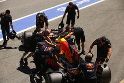 Daniel Ricciardo, Red Bull Racing RB13, viene riportato nel box