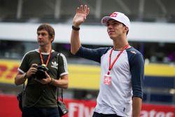 Pierre Gasly, Scuderia Toro Rosso waves