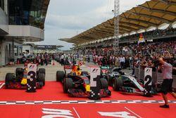 Автомобили Макса Ферстаппена, Даниэля Риккардо (оба – Red Bull Racing RB13) и Льюиса Хэмилтона (Merc