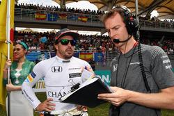 Гонщик McLaren Фернандо Алонсо и гоночный инженер Марк Темпл