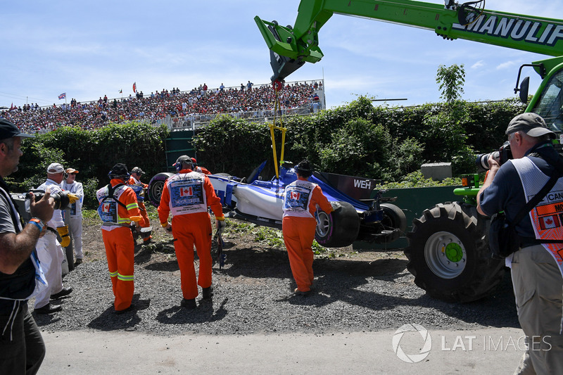 Эвакуация разбитого Sauber C36 Паскаля Верляйна после аварии