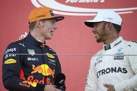 Max Verstappen, Red Bull, tweede plaats, winnaar Lewis Hamilton, Mercedes AMG F1, op het podium
